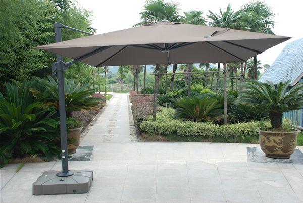 Parasol d cor d 39 ombre avec mat d port permettant des for Parasol sur pied deporte
