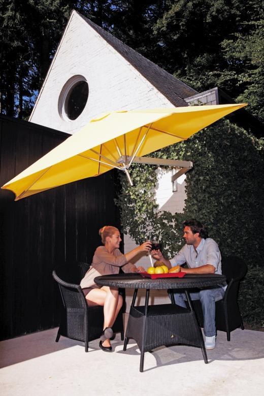 parasol mural sur terrasse maison piscine