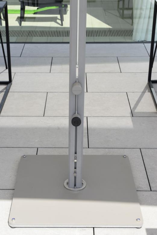 ouverture facile du parasol Prostor p8 très simple à fermer au-dessus des tables restaurant