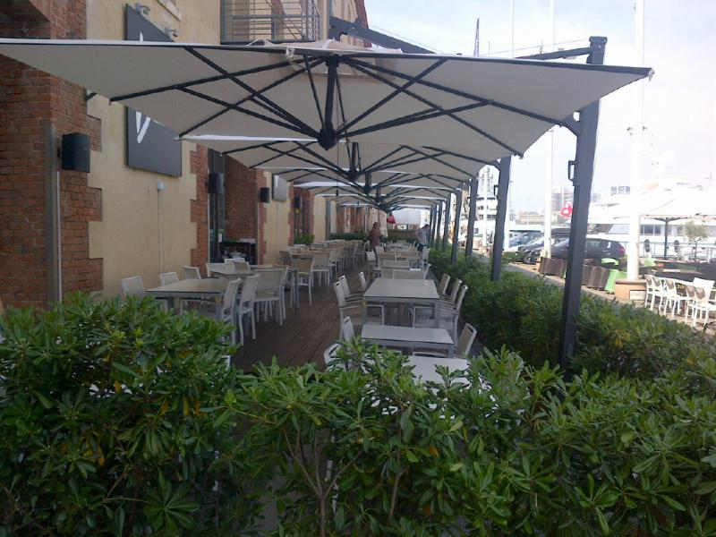 Parasol déporté Scolaro pour terrasse restaurant