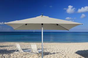 parasol haut de gamme d port parasol excentr parasol haut de gamme terrasse grand parasol. Black Bedroom Furniture Sets. Home Design Ideas