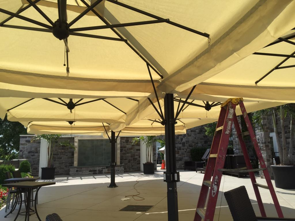 Grand parasol déporté rectangle 8x8m Alu Poker Scolaro SCOLARO