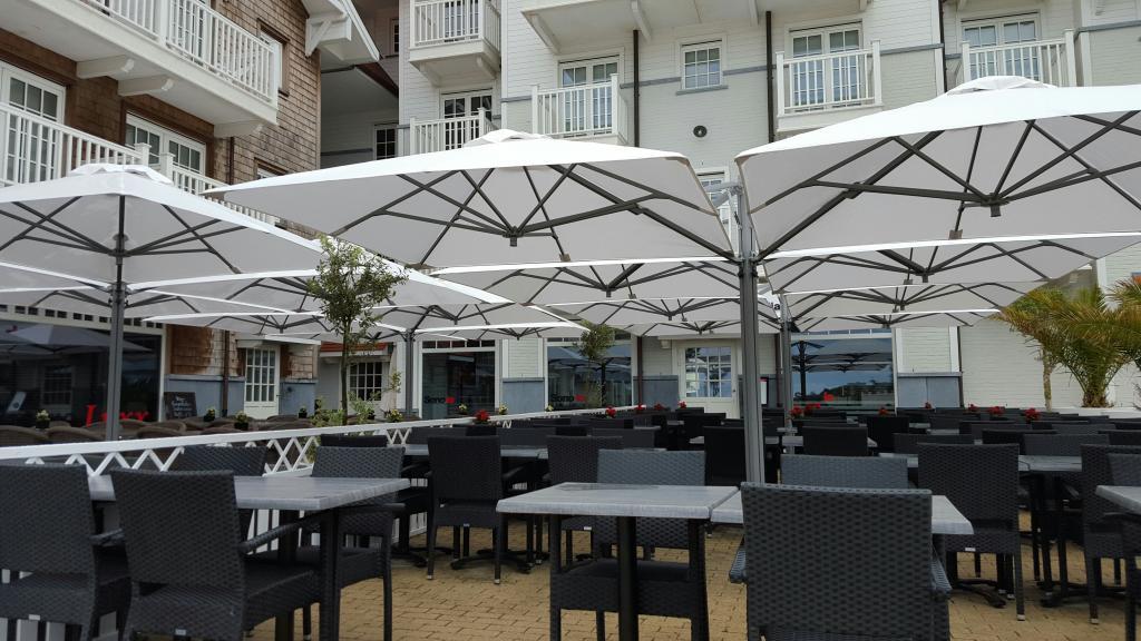 parasols pour grande terrasse hotel luxe 5 étoiles